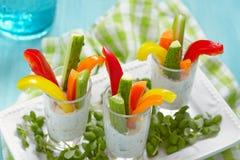 Bocados de las verduras en yogur fotografía de archivo
