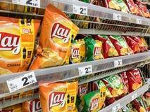 Bocados de los alimentos de preparación rápida para la venta en estante del supermercado Foto de archivo