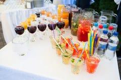 Bocados deliciosos en la tabla de la recepción nupcial en restaurante al aire libre de lujo Imagen de archivo