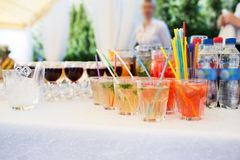 Bocados deliciosos en la tabla de la recepción nupcial en restaurante al aire libre de lujo Foto de archivo