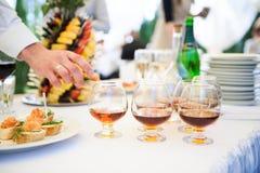 Bocados deliciosos en la tabla de la recepción nupcial en restaurante al aire libre de lujo Fotografía de archivo libre de regalías