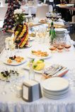Bocados deliciosos en la tabla de la recepción nupcial en restaurante al aire libre de lujo Fotos de archivo