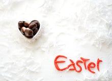 Bocados en una caja en forma de corazón, composición del hocolate del ¡de Ð del día de fiesta de Pascua fotografía de archivo
