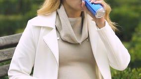 Bocados femeninos y soda carbónica de consumición, cambio de la consumición del gusto durante embarazo almacen de metraje de vídeo