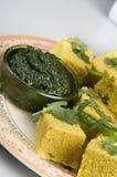 Bocados indios Dhokla con salsa picante verde imágenes de archivo libres de regalías
