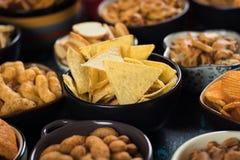 Bocados salados servidos en cuencos Foto de archivo libre de regalías