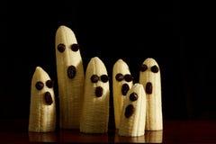 Bocados sanos de Halloween, plátanos, con el fondo negro Foto de archivo libre de regalías