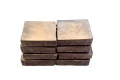 Bocados sanos sin azucarar oscuros de la barra de chocolate, aislados en el fondo blanco Imágenes de archivo libres de regalías