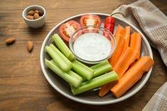 Bocados sanos vegetarianos, bocado vegetal: zanahorias, apio, tom Fotografía de archivo libre de regalías