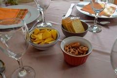 Bocados y copas de vino en la tabla maravillosamente servida - comida de la familia foto de archivo libre de regalías