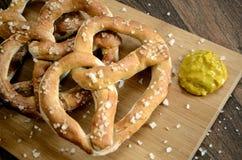 Bocados y mostaza alemanes bávaros de barra del pretzel Imagenes de archivo