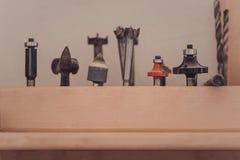 Bocais do Woodworking para brocas e o equipamento freecooling na prateleira imagens de stock royalty free
