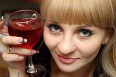 bocal红葡萄酒妇女年轻人 免版税图库摄影