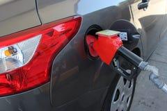 Bocal da bomba de gás no carro Imagem de Stock