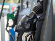 Bocal de combustível do posto de gasolina que senta-se no cinturão que espera para ser usado foto de stock