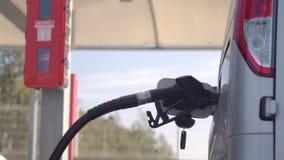 Bocal de combustível introduzido no tanque diesel e no reabastecimento do carro video estoque