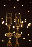 Bocal de paires rempli de champagne dans les lumières Photos stock