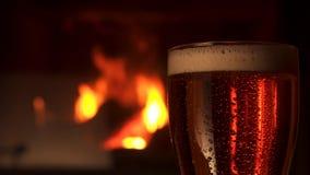 Bocal di vetro del primo piano di birra raffreddata rinfresco con il camino della schiuma nel fondo video d archivio