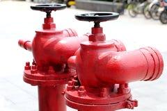 Bocas de incendios al aire libre rojas Imagenes de archivo