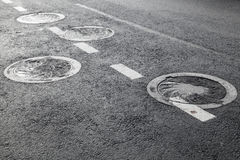 Bocas de la alcantarilla en la carretera de asfalto Fotografía de archivo