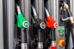 Bocas de relleno coloridas del surtidor de gasolina, gasolinera en un servicio Imágenes de archivo libres de regalías