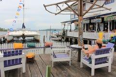 Bocas del托罗, Panamà ¡ - 8月,第10 2014年:游人和旅客享受饮料在Bocas del托罗市江边酒吧 库存图片