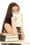 Bocca americana asiatica della copertura della studentessa con il suo libro Immagine Stock