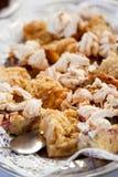 Bocca che innaffia alimento dolce sul piatto Immagine Stock