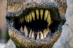 Bocca del dinosauro con i denti taglienti fotografia stock