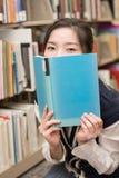 Bocca della copertura dello studente con il libro Immagini Stock Libere da Diritti
