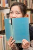 Bocca della copertura dello studente con il libro Fotografia Stock Libera da Diritti