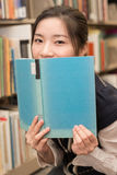 Bocca della copertura dello studente con il libro Fotografia Stock