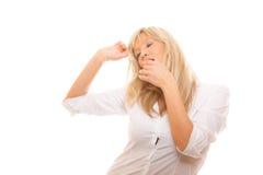 Bocca di sbadiglio della copertura della donna stanca sonnolenta con la mano Fotografie Stock