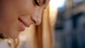 Bocca sorridente della donna con i grandi denti bianchi Fine del fronte della donna in su video d archivio