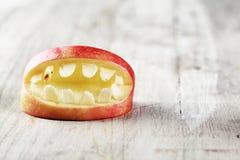 Bocca spaventosa della mela di Halloween con i denti Fotografia Stock