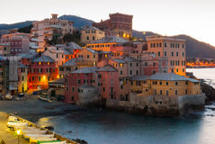 Boccadasse, ein Seebezirk von Genua, während der Dämmerung Stockfotografie
