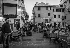 Boccadasse, Italia - 21 de abril de 2016: Calle italiana estrecha w de la ciudad Foto de archivo