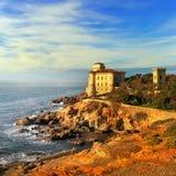 Boccale在峭壁岩石的城堡温暖的日落的地标和海 Tu 库存照片