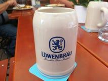 Boccale in pietra della birra di Lowenbrau immagine stock