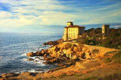 Boccale-Schlossmarkstein auf Klippenfelsen und Meer auf warmem Sonnenuntergang Tu Lizenzfreie Stockbilder