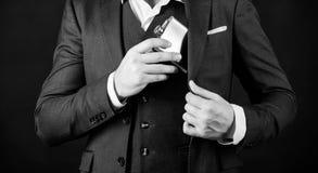 Boccetta del metallo del pellame del tipo nella tasca Concetto della bevanda dell'alcool Abbia bevanda dell'alcool con voi Sempre immagine stock