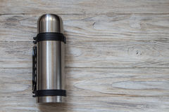 Boccetta del termos del metallo su un fondo di woden Vista superiore Fotografia Stock Libera da Diritti