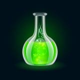 Boccetta trasparente con liquido verde magico sul nero Immagini Stock