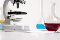 Boccette del laboratorio, tubi, microscopio, posto di lavoro del laboratorio Immagine Stock Libera da Diritti