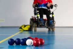 Boccia Неработающий спортсмен сидя в кресло-коляске Закройте вверх маленьких шариков для игры boccia tricolor стоковое фото rf