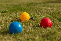 Bocciaballen in primaire kleuren - conceptenschot royalty-vrije stock afbeeldingen