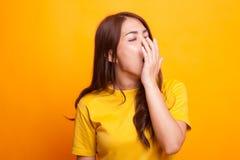 Bocejo asiático novo sonolento da mulher imagem de stock royalty free