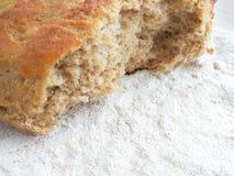 Bochenek świeży piec banatki i żyta chleb z białą mąką na drewnianym stołowym tle zdjęcia royalty free