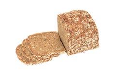 Bochenek świeżego pokrojonego multigrain glutenu bezpłatny chleb z sezamem, lnów ziarna, odizolowywający na bielu zdjęcia stock