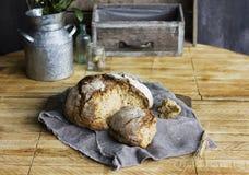 Bochenek żyto chleb na popielatej pielusze na drewnianym stole, wieśniaka styl Obrazy Royalty Free